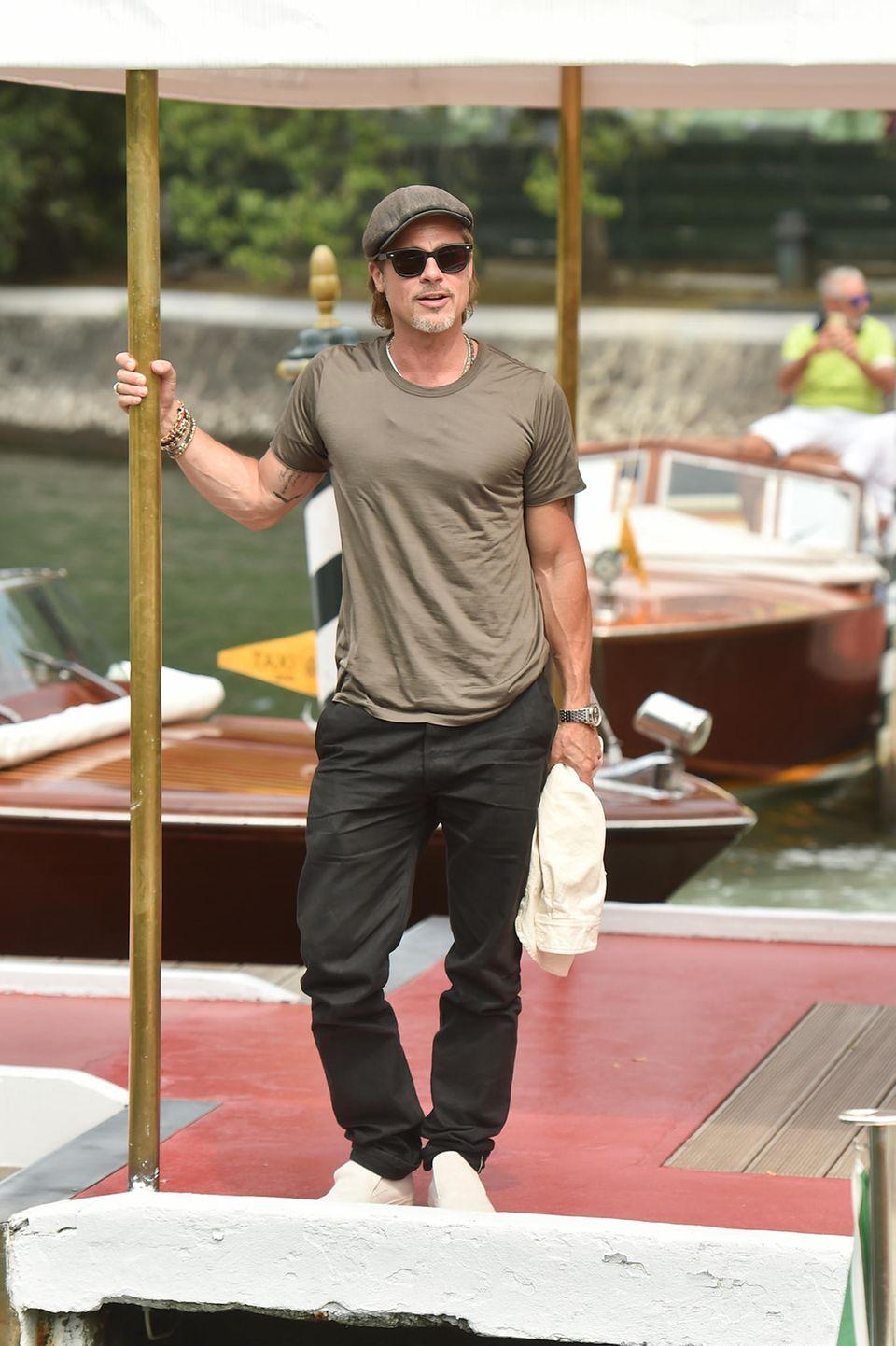Für Schauspieler Brad Pitt sind es nicht die ersten Filmfestspiele in Venedig – und das sieht man auch. Betont lässig in einem Shirt und einer locker sitzenden Hose erscheint er zur Opening-Party.