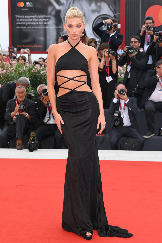 Zur Eröffnungsfeier der 76. Filmfestspiele in Venedig erscheint auch das Topmodel Elsa Hosk. Mit einemraffinierten Cut-Out-Kleid und Schnürungen an Taille und Hüfte sorgt sie für einen Wow-Auftritt in Venedig. Diese aufwendige Kreation stammt von dem Label Etro, ihr Schmuck ist von Messika.