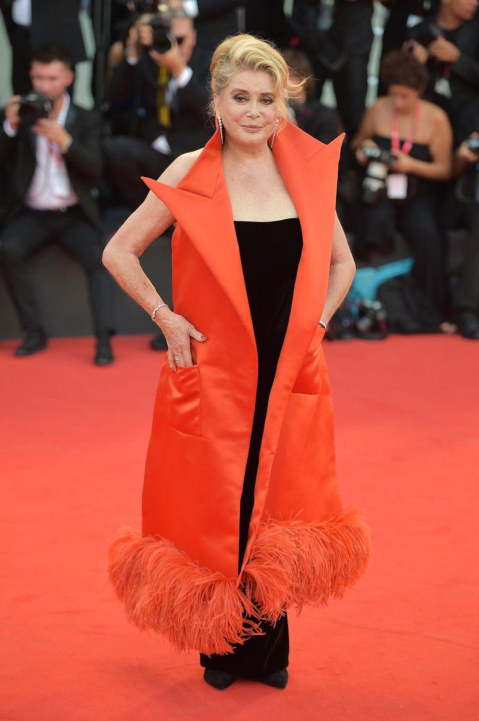 Catherine Deneuve greift zu einem extravagantem Look für ihren Red-Carpet-Auftritt. Eins steht fest: Die Fotografen sind ihr sicher.