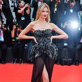 In einer Traumrobe der italienischen DesignerinAlberta Ferretti erscheint Topmodel Martha Hunt vor den Augen der internationalen Presse. Ein tiefer Beinschlitz und ein transparenter Rock geben den Blick frei auf Marthas lange, schlanke Beine.