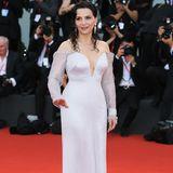"""Juliette Binoche trägt zur Premiere ihres Films """"La Vérité"""" eine Sonderanfertigung von Armani Privé. Ihre Haar hat die Französin im angesagten Wet Look stylen lassen."""
