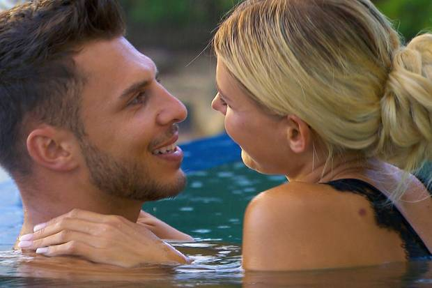 """Tim geht mit der """"Bachelorette"""" baden - seine Gefühle auch?"""