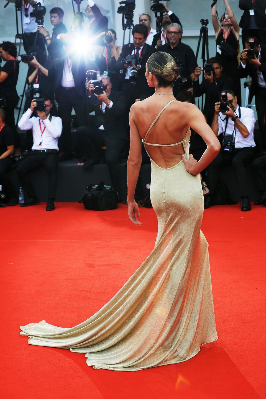 Schöne Kleider und Blitzlichtgewitter gehören zu den Filmfestspielen immer dazu.Candice Swanepoel weiß wie ein Hingucker-Auftritt funktioniert.