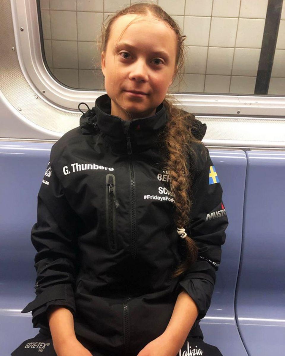 """Endlich geschafft! Nach ihrer zweiwöchigenAtlantiküberquerung ist Klima-Aktivistin Greta Thunberg im Big Apple angekommen. Sichtlich erschöpft aber happy postet Greta dieses Foto aus der New Yorker Subway. Viel Zeit sich auszuruhen hat sie jedoch nicht, denn bereits morgen wird sie mit """"Friday's For Future"""" vor dem UN-Hauptquartier demonstrieren."""