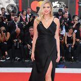 Kate Upton wählt für den roten Teppich ein elegantes schwarzes Kleid von Please don't buy by Twinset.