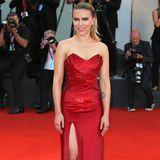 Auch von vorne ist ihr Kleid, eine Spezialanfertigung von Celine, ein Hingucker.