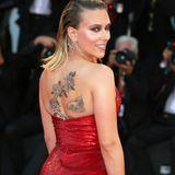 """Scarlett Johansson zeigt bei der Premiere ihres neuen Films """"Marriage Story"""" ihre Rücken-Tattoos."""