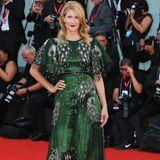 Laura Dern strahlt in einem handgemachten Gucci-Kleid.