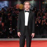 """Brad Pitt elegant mit Anzug und Fliege. Er stellt seinen Film """"Ad Astra - Zu den Sternen"""" vor."""