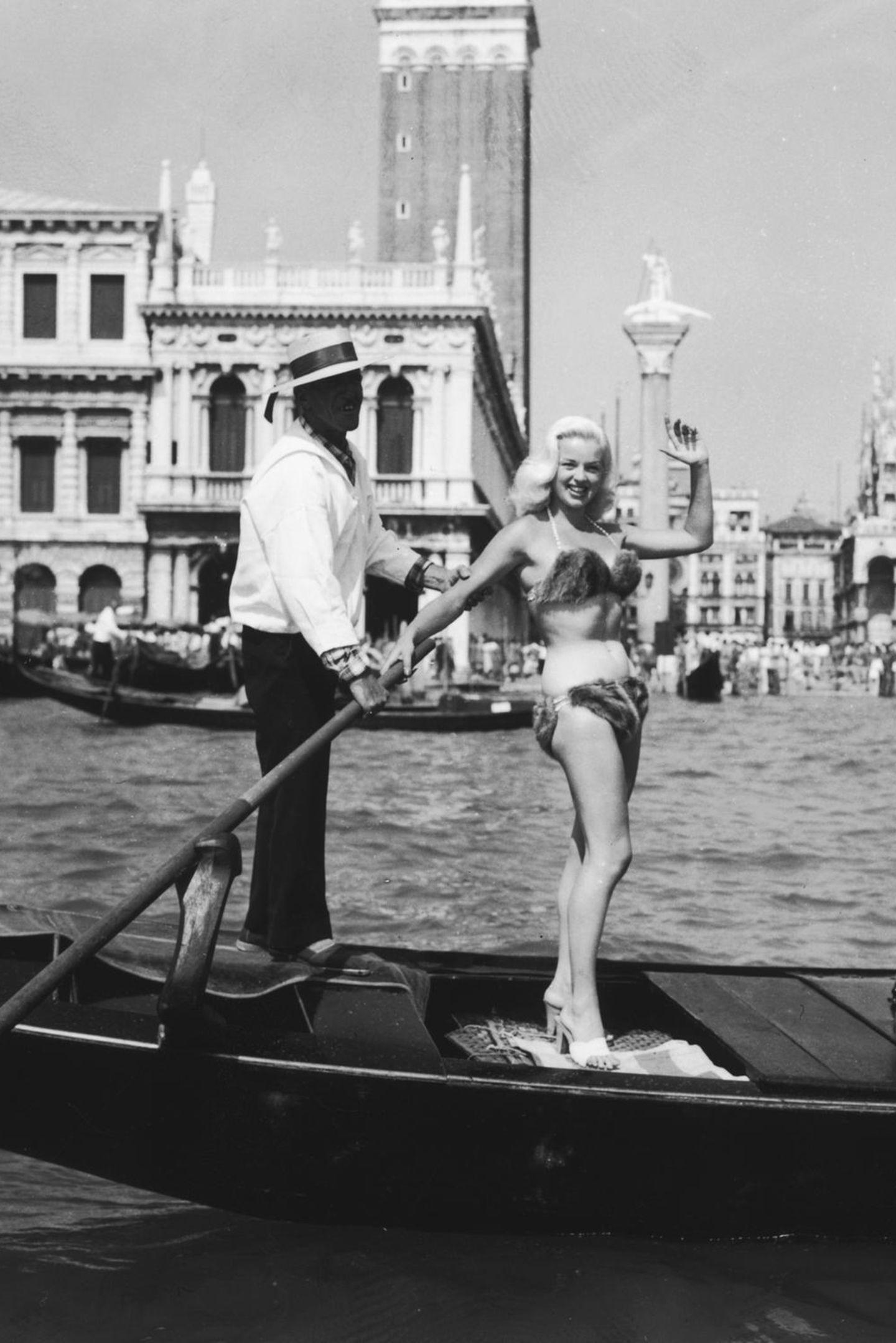 Bei Diana Dors Auftritt 1955 im Bikinimuss man einfach hinschauen. Ihr Modell besteht aus Fell und ist tatsächlich ein Triangel-Modell. Diese Form wurde erst neun Jahre zuvor erfunden.