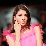 Fast elfenhaft posiert Madalina Doroftei in einemTraum in Pink für die Fotografen.