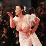 Küsse für alle! Curvy-Model Francesca Giuliano weiß, wie man Blicke auf sich zieht.