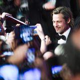 """Als """"alter Hase"""" im Showgeschäft genießt Hollywood-Star Brad Pitt das Bad in der Fan-Menge. Charmant und elegant zeigt er sichzur Premiere seines neuen Films """"Ad Astra"""" (""""Zu den Sternen"""")."""