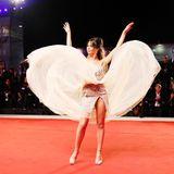 Voller Schwung inszeniert sich Eleonora Pugliavor ihrem Publikum bei den Filmfestspielen in Venedig.