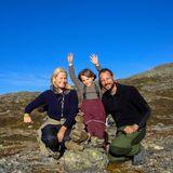 8. Oktober 2010  Große Freude beim Steinturmbauen hat Prinzessin Ingrid Alexandra mit Mama Mette-Marit und Papa Haakon während ihres Herbsturlaubs in Uvdal.