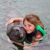 15. Januar 2011  Auf ihrer Reise nach Bali konntedie süße Prinzessin mit Delfinen schwimmen.