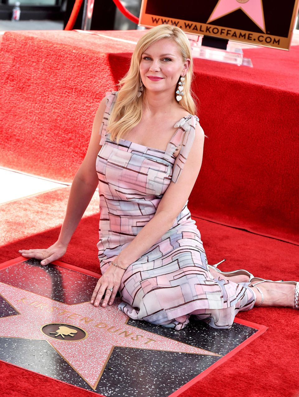 """29. August 2019  Kirsten Dunst hat jetzt ihren eigenen Stern auf dem legendären """"Walkof Fame"""" in Hollywood bekommen. Stolz posiert die Schauspielerin im farblich abgestimmten Outfit auf ihrem """"Meilenstein""""."""
