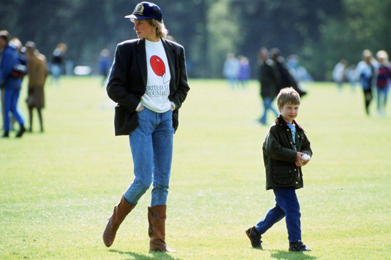 Cap, Sweatshirt, ein kastiger Blazer und coole Cowboy-Boots: Das Foto, das Prinzessin Diana 1988 mit ihrem Sohn William beim Polo zeigt, könnte auch heute in einem Mode-Magazin erscheinen.