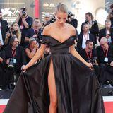Jessica Goicoechea zupft noch schnellihr Kleid zurecht, um ihren hohen Beinschlitz perfekt in Szene zu setzen.