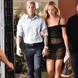 Richtig, diese Kehrseite gehört zu Chiara Ferragni, die mit ihrem Ehemann Fedez einen Spaziergang macht. Ob dieser Look derStar-Influencerin tatsächlich so modisch ist, bleibt wohl Geschmacksache.