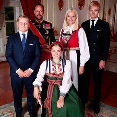 31. August 2019  Prinzessin Ingrid Alexandra feiert heute Konfirmation. Zu diesem Anlass hat sich die Familie mit Prinz Sverre Magnus, Prinz Haakon, Prinzessin Mette-Marit und Marius Borg Hoiby für ein offizielles Gruppenfoto in traditionellen Trachten zusammengefunden.