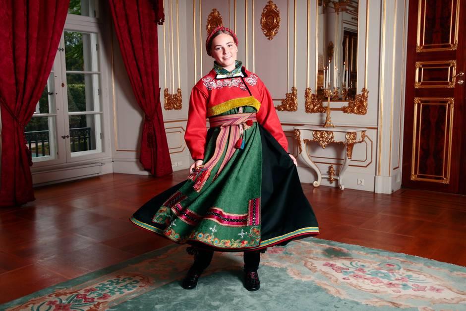 Am Tage ihrer Konfirmation trägt Prinzessin Ingrid Alexandra die traditonelle Tracht der Norweger.