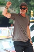 """Bei den Filmfestspielen in Venedig präsentierte Brad Pitt nicht nur seinen neuen Film""""Ad Astra"""", sondern auch ein neues Tattoo. Auf der Innenseite seines rechten Arms prangt neuerdings eine männliche Schattenfigur."""