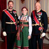 31. August 2019  Vater Prinz Haakon und Großvater König Harald nehmen die Konfirmandin stolz in ihre Mitte.