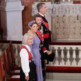 Die Paten Marit Tjessem, Prinzessin Victoria, Prinz Frederik und König Felipe erheben sich beim Eintreffen der Konfirmandin.
