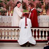 Jetzt ist der große Augenblick endlich gekommen: Prinzessin Ingrid Alexandra wird von Vikarin Karoline Astrup und Bischöfin Kari Veiteberg konfirmiert.