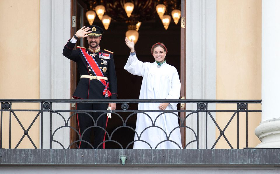Nach der Konfirmationszeremonie winkt eine glückliche und erleichterte Prinzessin Ingrid Alexandraan der Seite ihres Vater Prinz Haakon vom Schlossbalkon.