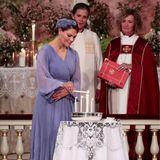 Symbolische Tradition: Im Rahmen der Konfirmation von Prinzessin Ingrid Alexandra von Norwegen zünden Paten (hier Prinzessin Victoria) und Familie nacheinander Kerzen für die 15-jährige Konfirmandin an.