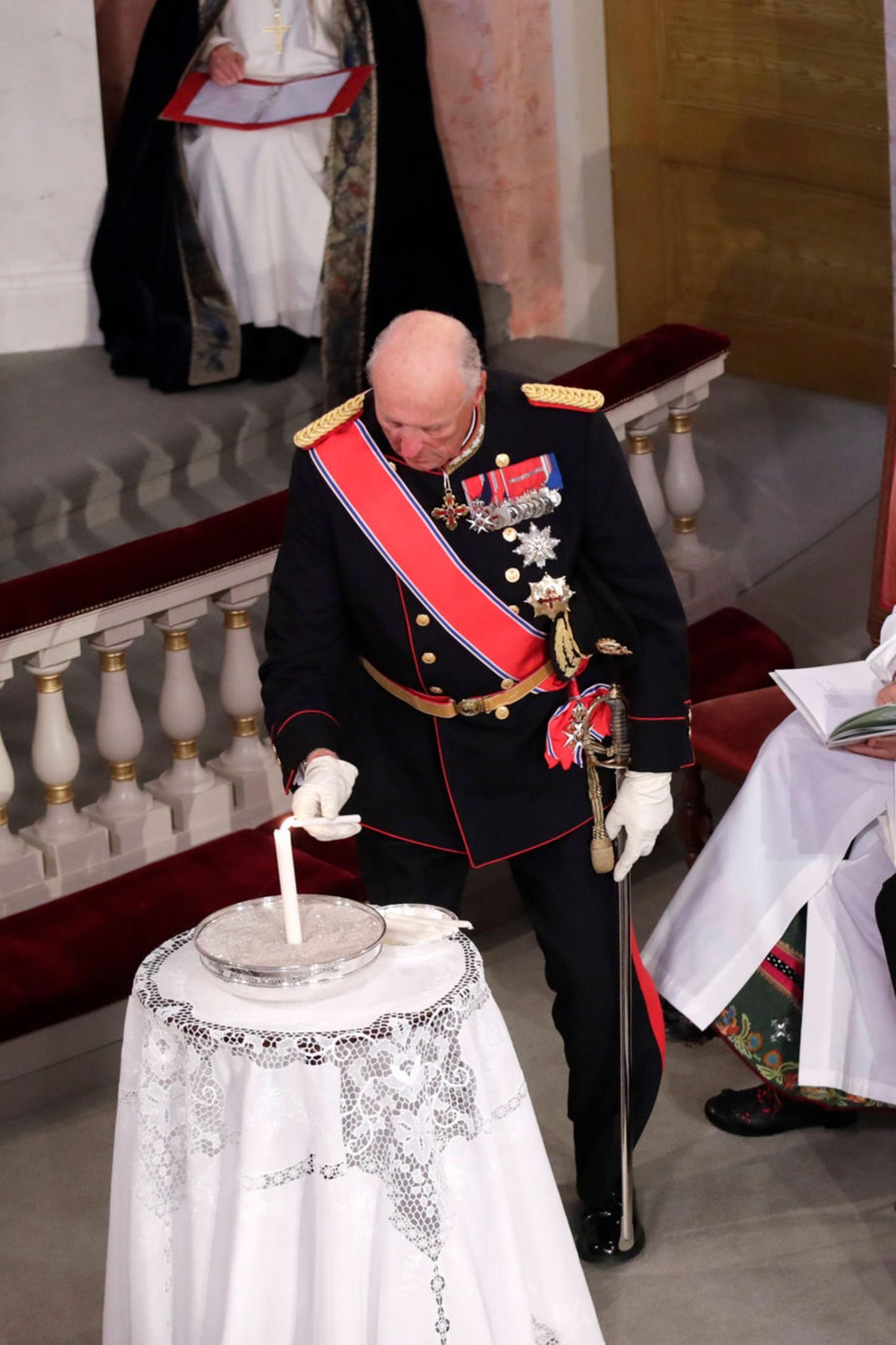 In diesem Augenblick ist es Königin Sonja, die versucht ihre Tränen zurückzuhalten.