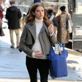 """In ihrem neuen Film """"Love Life"""" spielt Anna Kendrick eine werdende Mutter. Wir müssen sagen: Der Babybauch steht der Schauspielerin verdammt gut, aber leider ist er nur ein Requisit."""