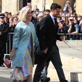 Auf dem Weg in die Kirche strahlen Katy Perry und Orlando Bloomso zufrieden, als wäre es ihre eigene Hochzeit. Der Schauspieler trägt einen schlichten Anzug, während die Sängerin sich für ein farbenfrohes Outfit entschieden hat.
