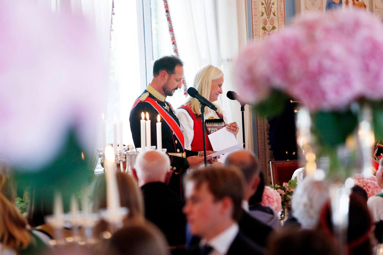 Nach der Konfirmation finden sich die Gäste zum Mittagessen im festlich geschmückten Speisesaal des Königlichen Schlosses in Oslo ein. Die Elternrichten das Wort an ihre Tochter.