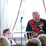 Auch ihr Großvater König Harald hält eine Rede.