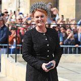 Eine sichtlich gut gelaunte Sarah Ferguson vor der York Minster. Die 59-Jährige kommt in einem schwarzen Look – eigentlich ein No-Go bei einer Hochzeit. Unter dem schwarzen Brokat-Mantel zeigtsich allerdings, dass sie sich für ein blaues Kleid entschieden hat.