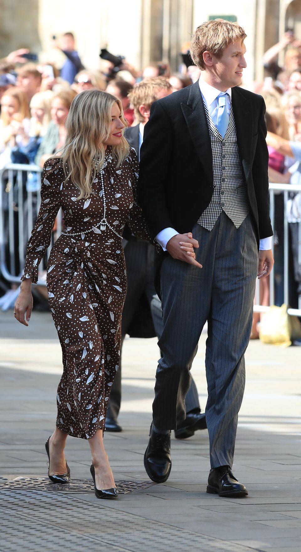 Schauspielerin Sienna Miller zeigt uns, dass dunkelbraun sehr wohl schön sein kann! Das Dress vonAlessandra Rich steht der Fashionista einfach hervorragend! Sie erscheint ander Seite ihres Freundes Lucas Zwirner.
