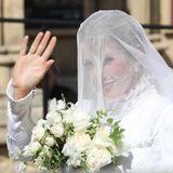 Ellie Goulding heiratet ihren Caspar Jopling in einem hochgeschlossenen Kleid. Das langärmlige Design hat auffälligeStickereien und einen Stehkragen. Wir müssen gestehen: Bei der wilden Pop-Sängerin haben wir ein weniger traditionellesHochzeitskleid erwartet.