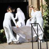 """Die Brautjungfern richten die Schleppe von Sängerin Ellie Goulding. In wenigen Sekunden wird sie die Kirche betreten und """"Ja"""" sagen."""