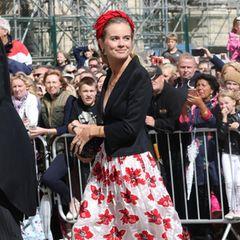 Cressida Bonas kommt in einem sommerlich angehauchten Blumen-Look vor der Kirche in York, wo sich Ellie Goulding und Caspar Jopling das Jawort geben,an.