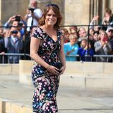 Prinzessin Eugenie mag's floral. Die 29-Jährige kommt in einem eleganten Blumenkleid mit dunkelblauem Unterton, das ihr hervorragend steht.