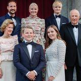 Die norwegische Königsfamilie kommt noch einmal vor die Kamera und alle posieren in schicken Roben für ein letztes offizielles Foto.