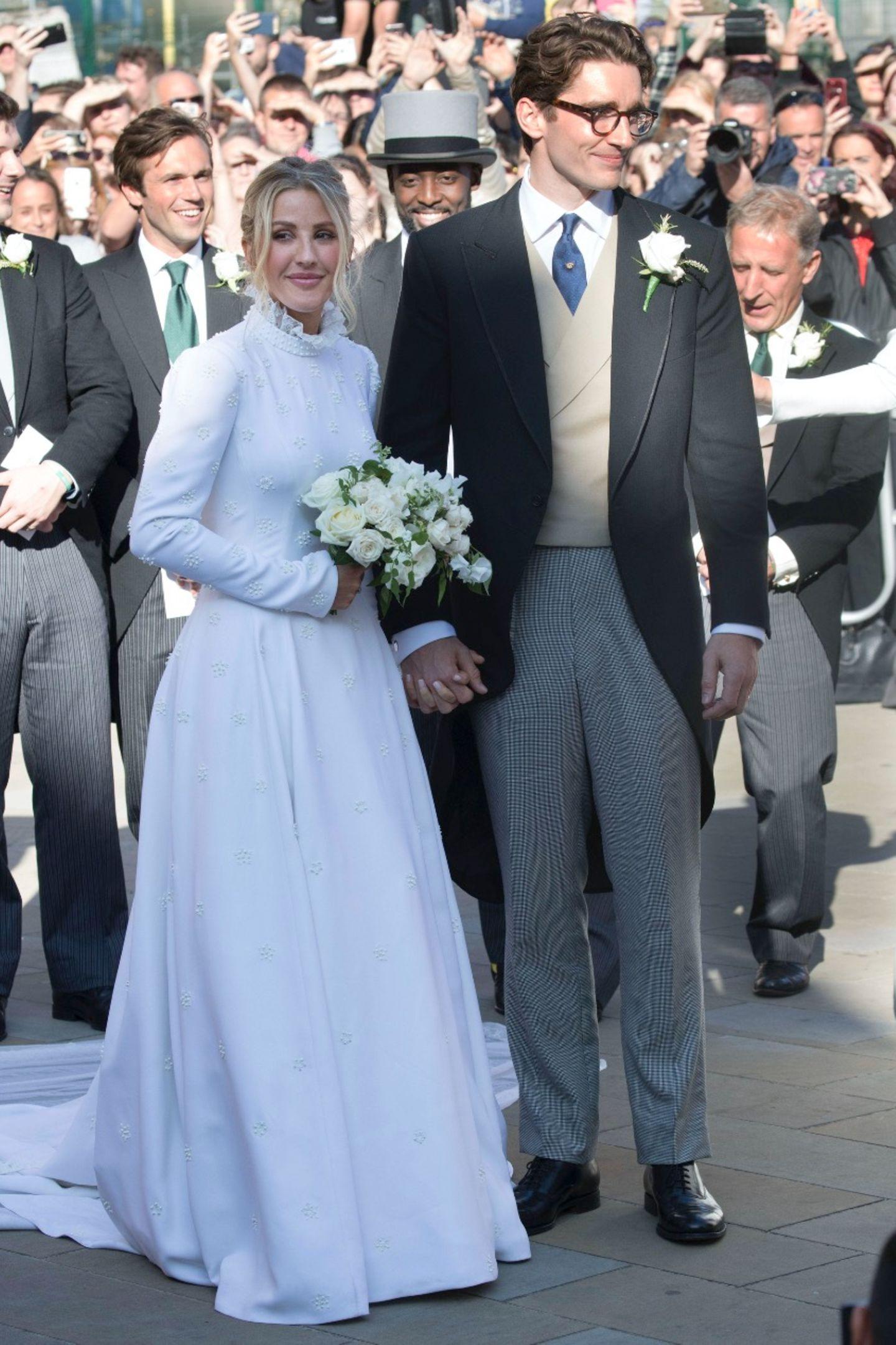 Nach der Trauung zeigt sich die Braut in ihrer ganzen Pracht:Das KleidvonChloé begeistert mit einer schlichten Silhouette. Die Besonderheit ist ganz eindeutig die feine Perlen-Stickerei in Form von Sternen.