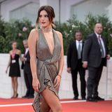 Bella Thorne trägt ein Kleid von Philosophy di Lorenzo Serafini. Hier trifft ein tiefer Ausschnitt auf einen hohen Beinschlitz.