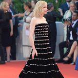 Cate Blanchett trägt auf dem Red Carpet vorzugsweise Schwarz. Hier muss sie zu einem Reifrock gegriffen haben, um ihrem Kleid mehr Volumen und Stabilität zu verleihen.