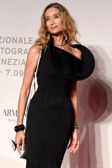 Dieser Gast präsentiert bei den Filmfestspielen in Venedig auf dem roten Teppich stolz seinen XXL-Busen. Oder doch nicht? Was aussieht wie eine sehr große Oberweite, ist in Wahrheit nur ein raffinierter Ärmel ihres Kleides.