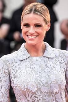 Das blondeHaar trägt sie wie gewohnt auf Mittelscheitel. Michelles schönstes Accessoire: ihr strahlendes Lächeln.