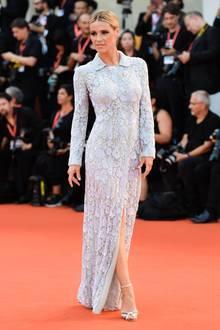 Moderatorin Michelle Hunziker lässt sich das Filmfest in ihrer Wahlheimat Italien nicht entgehen und präsentiert sich in einem hochgeschlossenenSpitzenkleid auf dem Red Carpet.